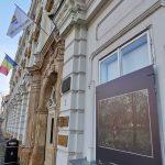 Replici ale celor mai importante tablouri, expuse pe fațada Palatului Baroc