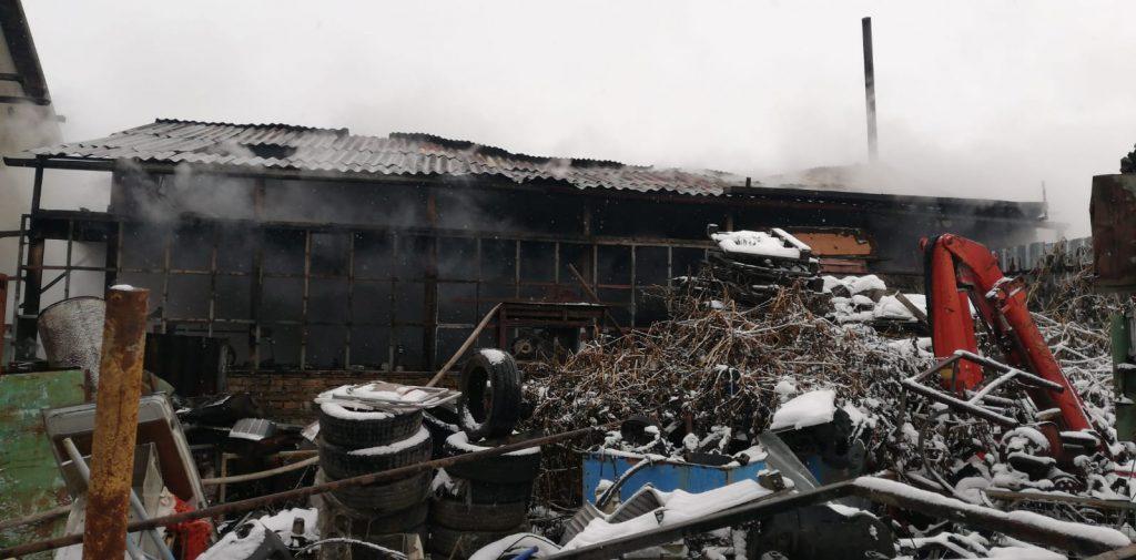 Flăcările au cuprins o rulotă folosită pentru depozitarea unor materiale