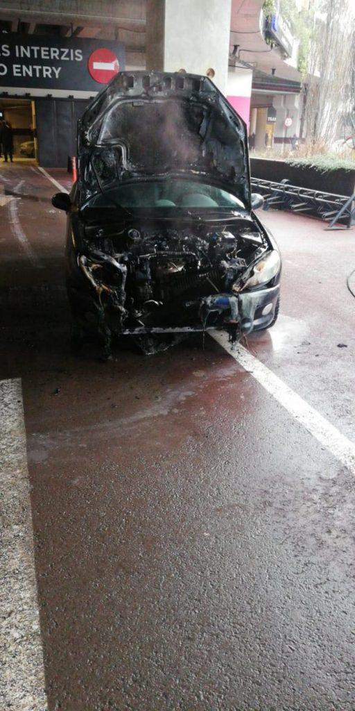 Incendiu la mall. O mașină a luat foc în parcarea subterană