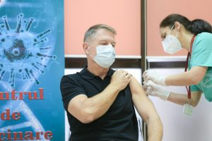 """Klaus Iohannis s-a vaccinat împotriva COVID-19: """"Este o procedură simplă, nu doare. Acest vaccin e sigur și eficient"""""""