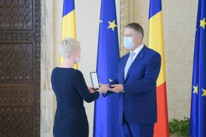 Președintele a conferit Teatrului Național, prin directorul Ada Hausvater, ordinul Meritul Cultural în grad de comandor