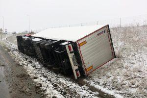 TIR răsturnat pe autostradă, trafic restricționat în zona Giarmata până la ora 20