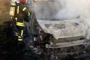 Un autoturism a luat foc in mers pe un drum din Timis