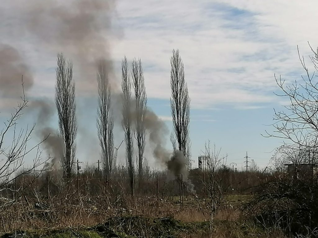 Sancțiuni de 9000 de lei și peste 50 kg de cabluri confiscate de polițiștii locali de la persoanele care incendiază deșeuri în cartierul Kuncz