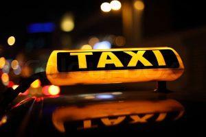 Taximetristă lovită de doi indivizi