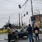 Circulație blocată pe Calea Aradului. Trei mașini lovite și doi oameni răniți în urma unui accident. UPDATE: Șoferul care a provocat accidentul a murit