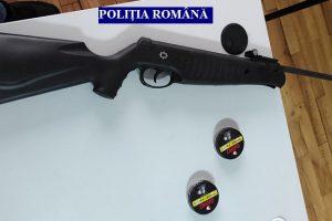 Tânăr prins cu arma în portbagajul mașinii
