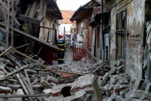 Bărbat blocat sub dărâmături, extras de pompieri. În locuința lui a avut loc o explozie