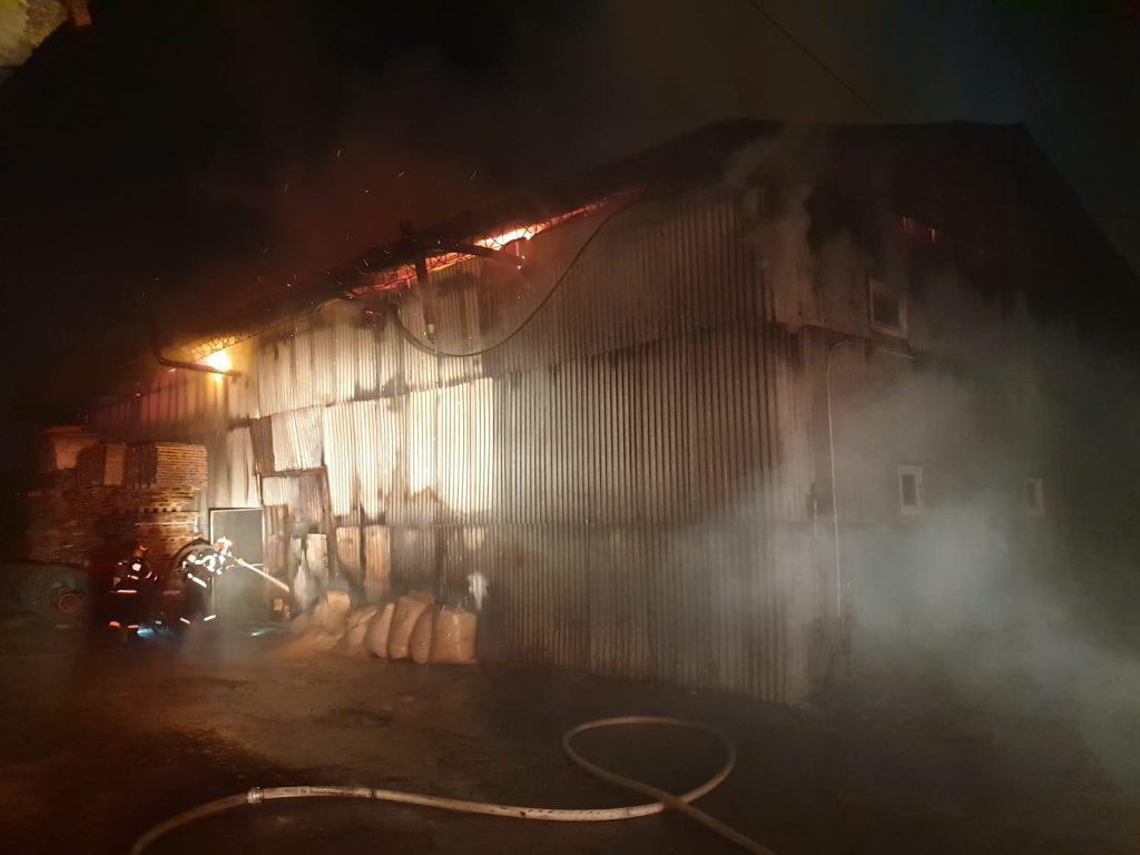 Incendiu la o hală plină cu lemn, vopseluri și lacuri de pe strada Demetriade. FOTO