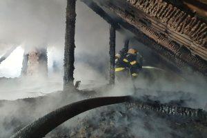 Casă salvată din flăcări de pompieri. O mașină a ars ca o torță pe A1. Foto