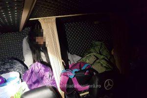 Fată de 17 ani, depistată în spatele banchetelor unui microbuz la Nădlac