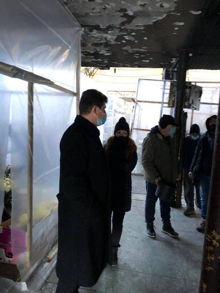 Vânzătorii de flori din Piața 700, scutiți două luni de chirie. Viceprimarul Tabără, matinal printre florari