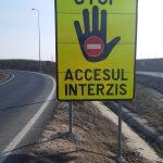 Indicatoare rutiere pentru a avertiza asupra accesului interzis, montate pe bretelele de acces pe autostrada A1