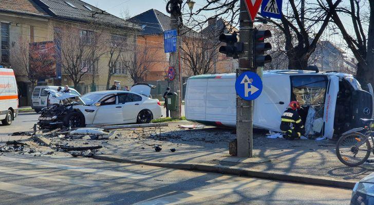 Microbuz răsturnat pe trotuar după un impact violent cu un autoturism