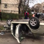 Două mașini s-au ciocnit pe strada Măgura din Timișoara, iar una s-a răsturnat pe trotuar