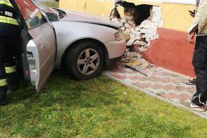 A intrat cu mașina într-o casă din Carani