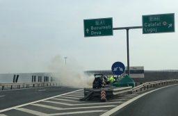 Un autoturism a luat foc în mers pe autostrada A1