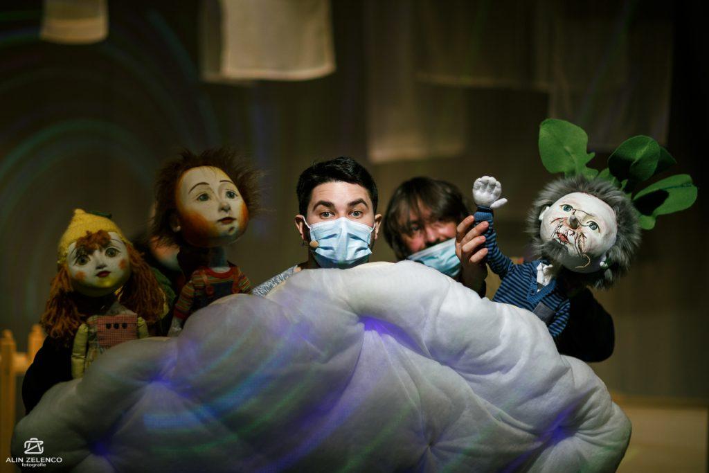 """Artiștii–păpușari de la Merlin repetă pentru premieră: """"ȚARA RUTABAGA. Hoinăreală în zig-zag"""", în regia lui Levente Kocsárdi"""