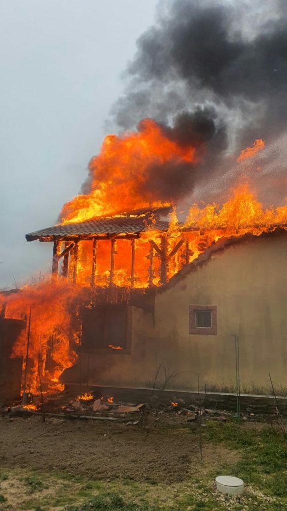 Incendiu puternic la o casă în Chișoda