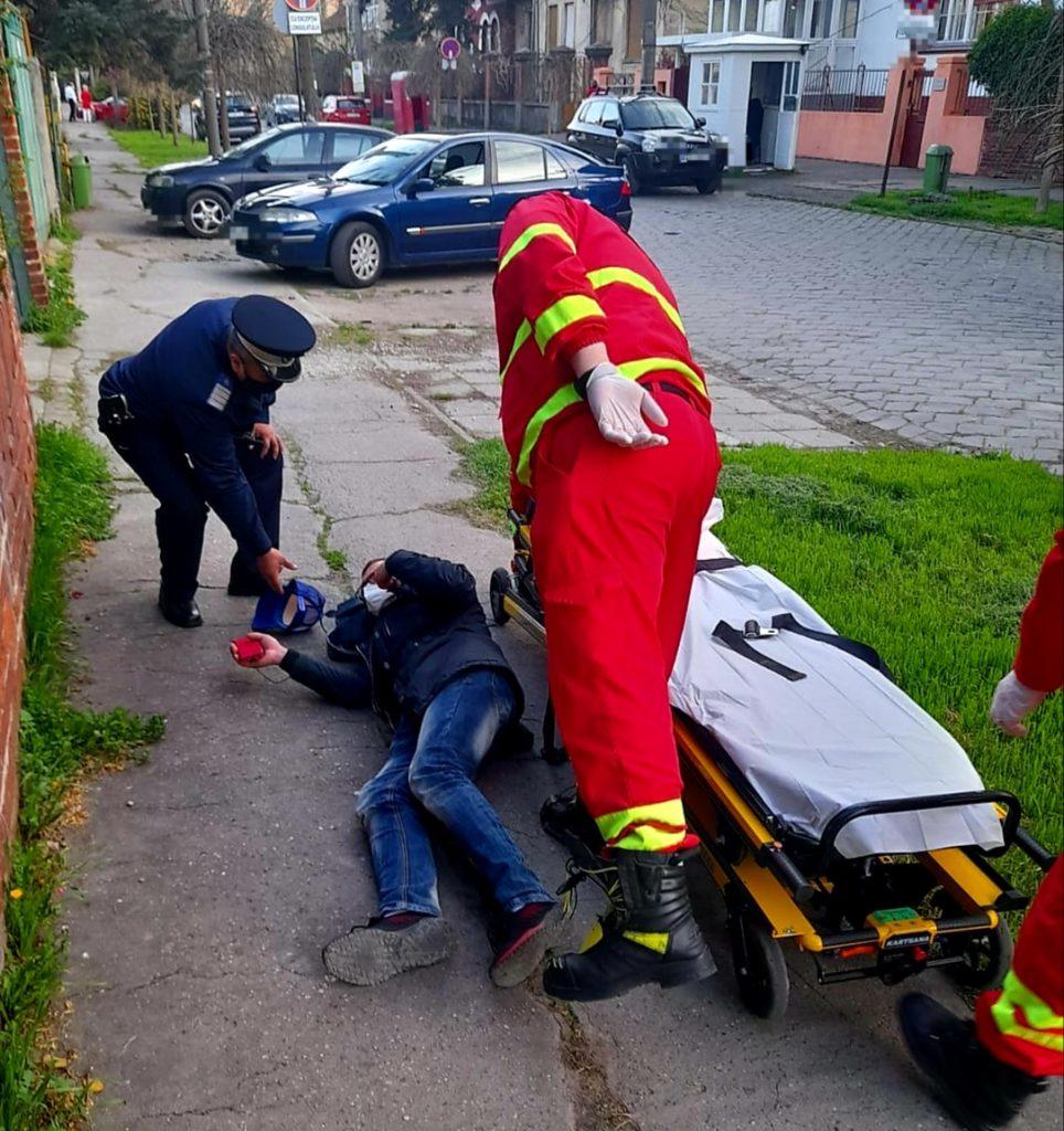 Bărbat căzut la pământ, salvat de un jandarm