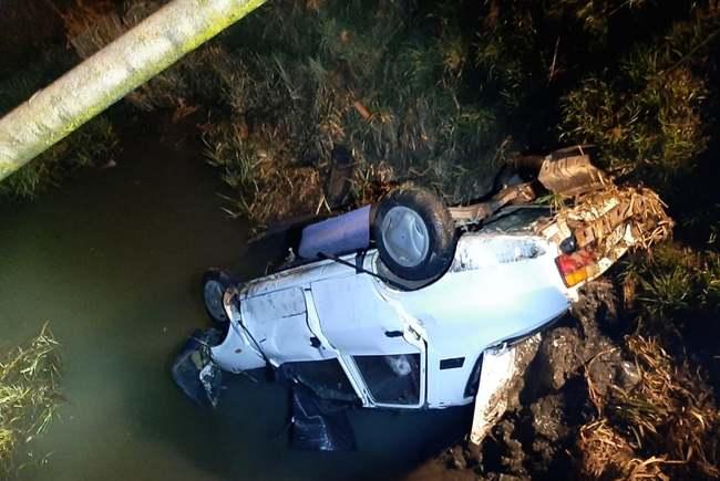 Două persoane au decedat după ce s-au răsturnat cu maşina într-un canal cu apă aflat lângă Ineu