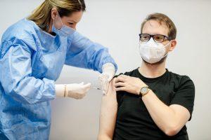 Primarul Timișoarei s-a imunizat anti-covid cu ser de la AstraZeneca la centrul de pe Intrarea Doinei