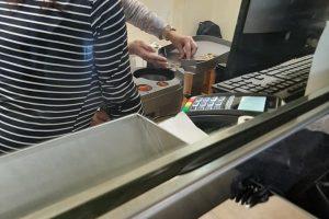 Cetățeanul de onoare al Timișoarei Ștefan Cojocnean a plătit o amendă la ANAF cu monede sub formă de protest