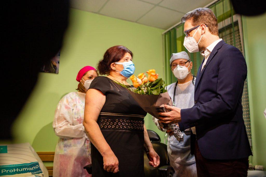 Fritz i-a dus flori primei paciente din țară vaccinate anti-covid de medicul de familie