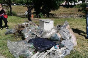 Acțiune de voluntariat a mai multor angajați pentru curățarea malurilor Begăi