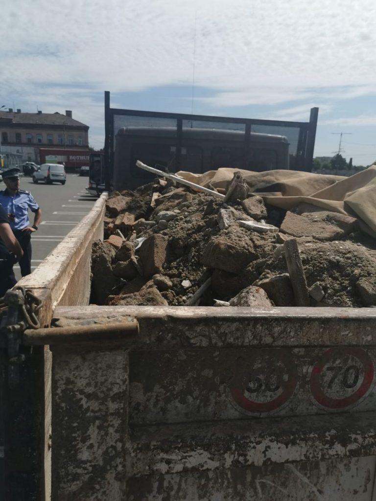 Șofer surprins de polițiștii locali transportând deșeuri, fără documente legale