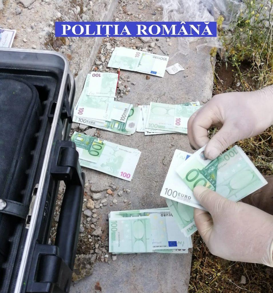 Peste 100.000 euro furați de la o femeie și îngropați în curtea casei