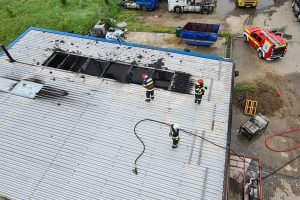 Pompierii, chemați la un incendiu la un service auto. Focul izbucnise la o hală din Ghiroda
