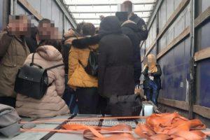 Migranți ascunşi într-un automarfar încărcat cu aparatură electronică, depistați la vama Nădlac II