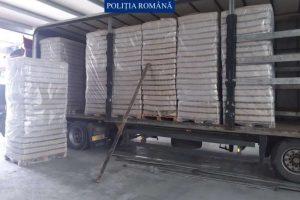 Peste 320.000 de pachete cu ţigări găsite lângă Arad într-un camion cu borcane