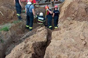 Două persoane prinse sub un mal de pământ