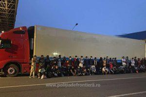 50 de migranți ascunși în remorca frigorifică a unui autocamion