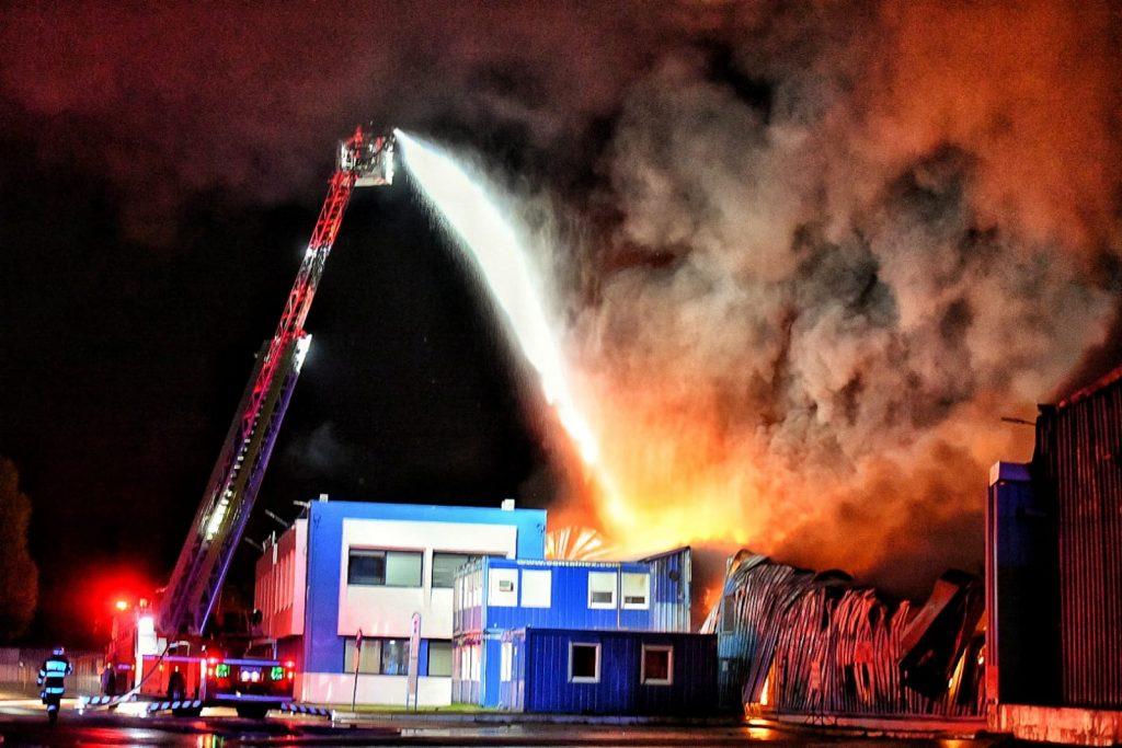 Incendiu puternic la o fabrică din Șag