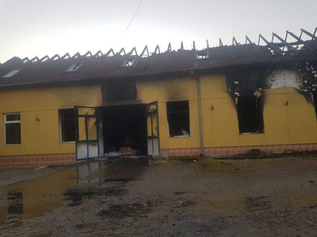 Pompieri din patru localități, mobilizați pentru stingerea unui incendiu la Sânnicolau Mare
