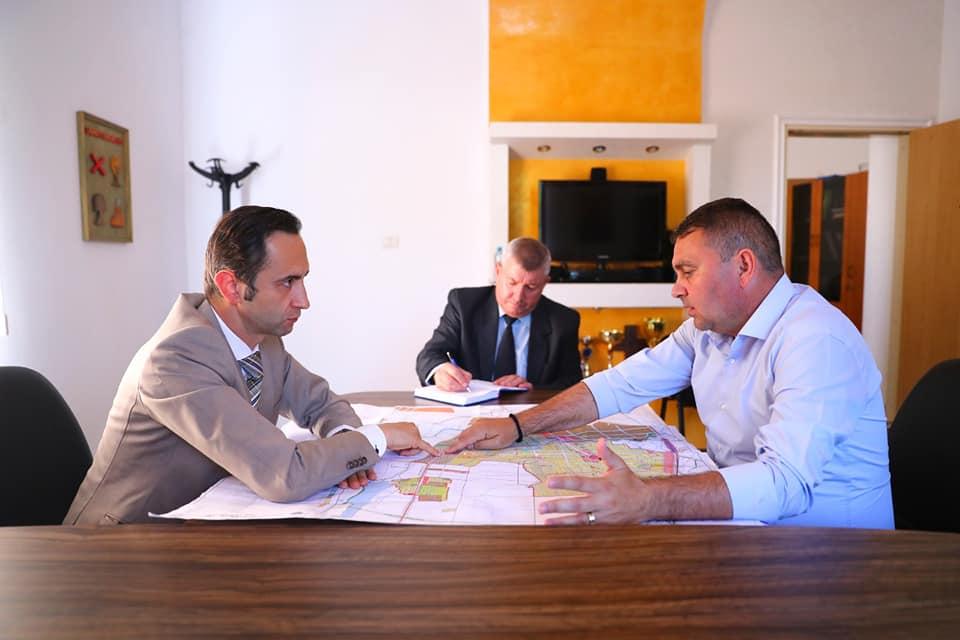 """Primarul Claudiu Coman: """"Sperăm că în luna septembrie să înceapă lucrarea la descărcarea de pe autostradă care se face la Sânandrei"""""""