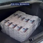 Zeci de cartușe de țigarete de contrabandă găsite în mașina unui arădean, confiscate de polițiști