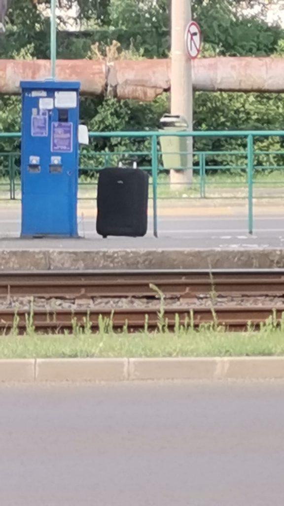 Valiză abandonată într-o stație de tramvai, în vestul țării