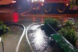 Străzi, curți si subsoluri inundate de ploaia care s-a abătut în Timișoara