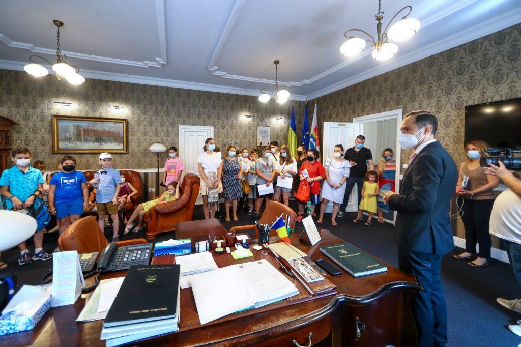 Peste 100 de elevi au aflat ce înseamnă să fii consilier județean. Copiii au analizat și votat proiecte de Ziua Județului