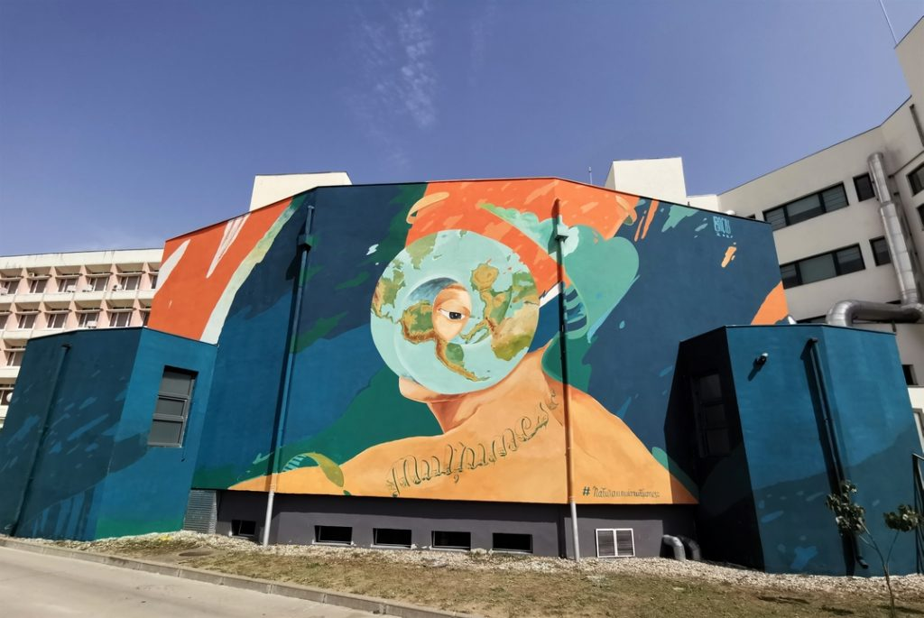 Prima pictură murală din Timișoara realizată integral din vopsea purificatoare de aer, inaugurată pe peretele Bibliotecii Centrale