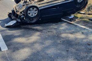 S-a răsturnat cu mașina după ce a pierdut controlul volanului