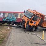 Două persoane au ajuns la spital după impactul dintre un tren și un camion, în Timiș