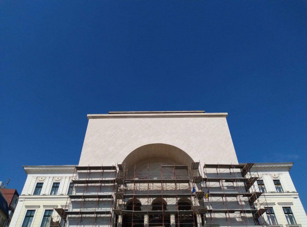 Se apropie de final renovarea fațadei Operei timișorene