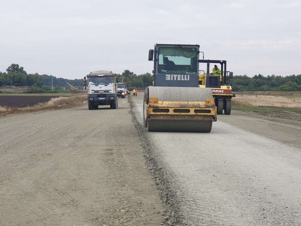 Aproape 30 de km de covor asfaltic nou sau reciclat, turnat pe drumurile județene în această vară. Lucrările de întreținere continuă pe încă 16 km