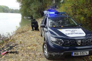 Opt migranţi scoşi din apele fluviului Dunărea de poliţiştii de frontieră